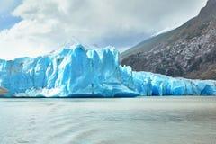在灰色冰川的蓝色冰山在托里斯del潘恩 免版税库存照片