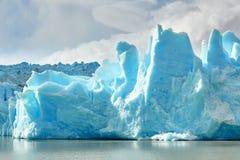 在灰色冰川的蓝色冰山在托里斯del潘恩 库存照片