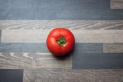 在灰色厨台上面的蕃茄 库存图片