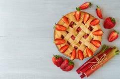 在灰色厨房背景的自创大黄草莓饼与拷贝空间 素食夏天饼 库存照片