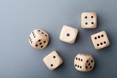 在灰色台式视图的六个木模子 多米诺 赌博的设备 图库摄影