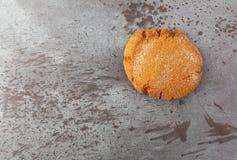 在灰色呈杂色的背景抵消的唯一糖密曲奇饼 免版税库存照片