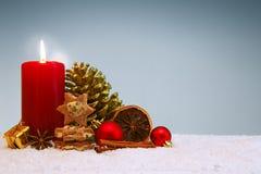 在灰色和红色出现蜡烛隔绝的圣诞节曲奇饼 免版税库存照片