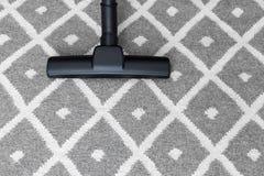 在灰色地毯的吸尘器 免版税图库摄影