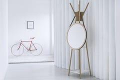 在灰色地毯的红色自行车 图库摄影