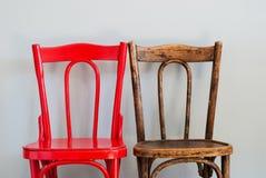 在灰色墙壁上的椅子 图库摄影