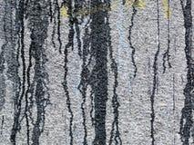 在灰色墙壁上的溢出的,滴下的油漆 免版税库存图片