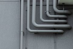 在灰色墙壁上的管道系统 免版税库存照片