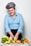 在灰色墙壁上的肥满厨师 免版税库存照片