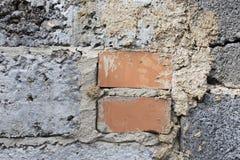 在灰色墙壁的两红砖 免版税库存照片