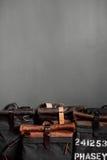 在灰色墙壁附近的皮革提包在屋子里 图库摄影