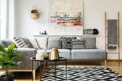 在灰色壁角沙发的被仿造的枕头在客厅内部wi 免版税库存照片