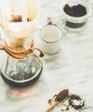 在灰色大理石桌背景的Chemex染黑被过滤的咖啡 库存照片