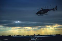 在灰色天空的直升机飞行 免版税图库摄影