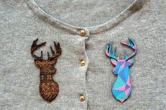 在灰色套头衫的木色的鹿 免版税库存照片