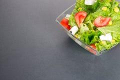 在灰色或黑暗的背景的绿色salat 免版税库存图片