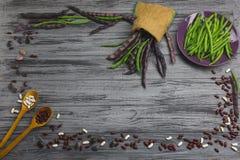 在灰色木板的未加工的有机菜 免版税库存图片