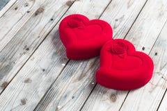 在灰色木的两装饰红色心脏 库存照片