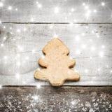 在灰色木背景的圣诞树饼干 星雪和雪高射炮图象 棒棒糖圣诞节装饰品雪结构树 库存图片