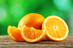 在灰色木背景的新鲜的橙色果子 库存照片