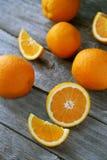 在灰色木背景的新鲜的橙色果子 免版税图库摄影