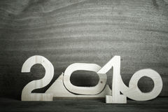在灰色木背景的木图2016年 定调子 免版税库存照片