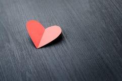 在灰色木背景的红色心脏 库存图片