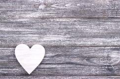 在灰色木背景的装饰白色心脏与拷贝空间 免版税图库摄影