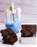 在灰色木背景的黑暗的巧克力块 免版税库存照片