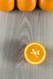 在灰色木头的桔子 库存图片