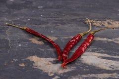 在灰色板岩的干红辣椒 免版税库存图片