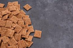 在灰色板岩ba的含麦芽的切细的麦子饼干早餐谷物 图库摄影