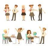 在灰色校服的逗人喜爱的学生获得乐趣在学校送回,到学校,教育概念五颜六色的传染媒介 图库摄影