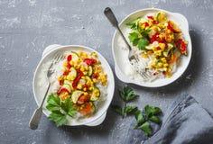 在灰色桌上的素食菜法加它饭碗,顶视图 库存图片