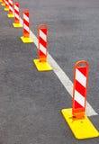 在灰色沥青的交通标号 库存图片