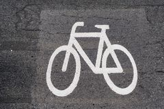 在灰色沥青的自行车标志 库存照片