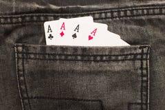 在灰色牛仔裤里面的四张一点卡片支持口袋 库存图片