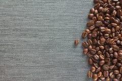 在灰色瓦片背景的咖啡豆 图库摄影