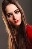 在灰色的妇女长的直发黑暗的构成红色嘴唇 免版税库存照片
