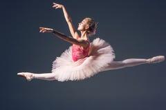 在灰色的美丽的女性跳芭蕾舞者 免版税库存图片