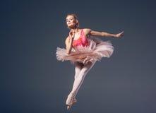 在灰色的美丽的女性跳芭蕾舞者 免版税库存照片