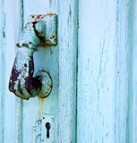 在灰色的西班牙手黄铜敲门人摘要门 免版税库存图片