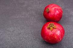 在灰色石头的成熟红色石榴石 免版税图库摄影