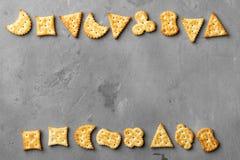 在灰色石背景的干咸薄脆饼干曲奇饼 库存照片