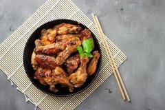 在灰色石背景的烤鸡teriyaki 免版税图库摄影