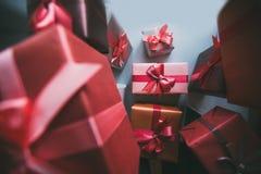在灰色纸的礼物盒礼物 图库摄影