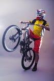 头戴在灰色背景的专业骑自行车者一件盔甲 免版税图库摄影