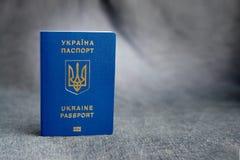 在灰色背景的乌克兰生物统计的护照 图库摄影
