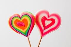 在灰色背景的五颜六色的心形的棒棒糖 免版税库存图片