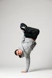 在灰色背景的冷静舞蹈演员 库存照片